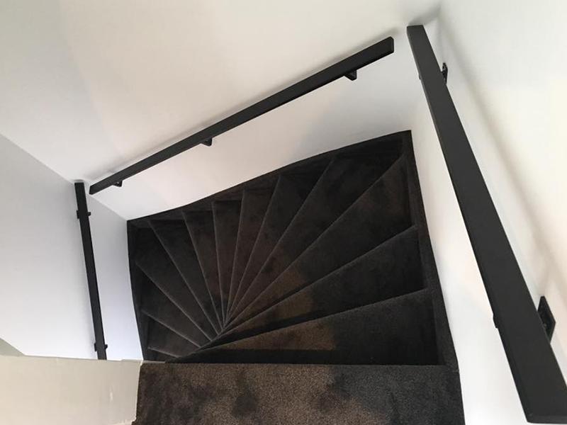 <center>Stalen trapleuningen geconstrueerd met matte topcoat</center>